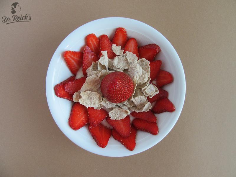 Fragen zu Reizdarm: Erdbeeren mit Buchweizen Flakes auf Bananenmus Dr Reichs leicht verdaulicher Reizdarm Tipp
