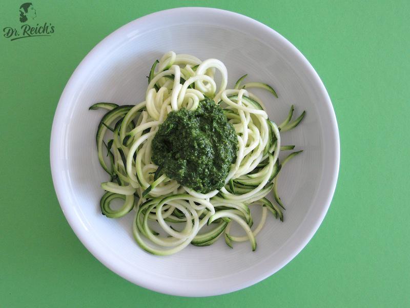 FODMAP Reizdarm bewusst vegan glutenfrei laktosefrei Dr Reichs Petersilien Kürbiskern Pesto auf Zucchini