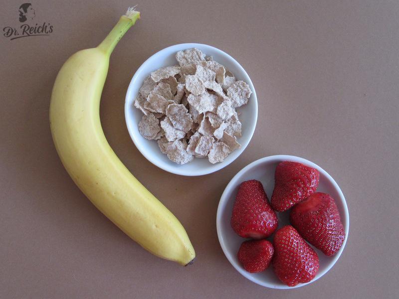 Banane, Buchweizen Flakes und Erdbeeren - die Zutaten für Dr Reichs Banana Crunchy Munch
