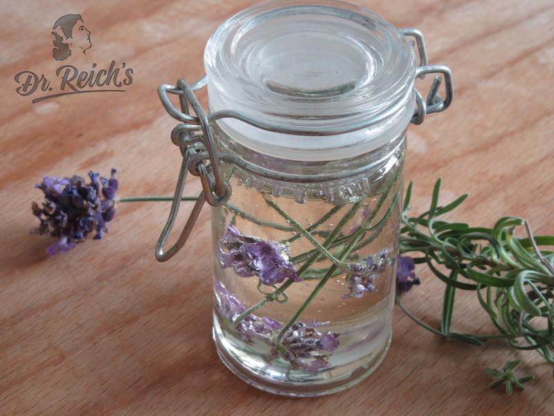 DrReichs FODMAP Lavendel Reissirup auf Vintage Holztisch