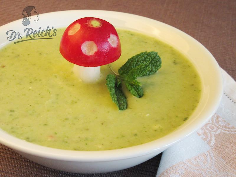DrReichs Suppe ohne Zwiebel, ohne Knoblauch, dekoriert mit Radieschen und Pfefferminze