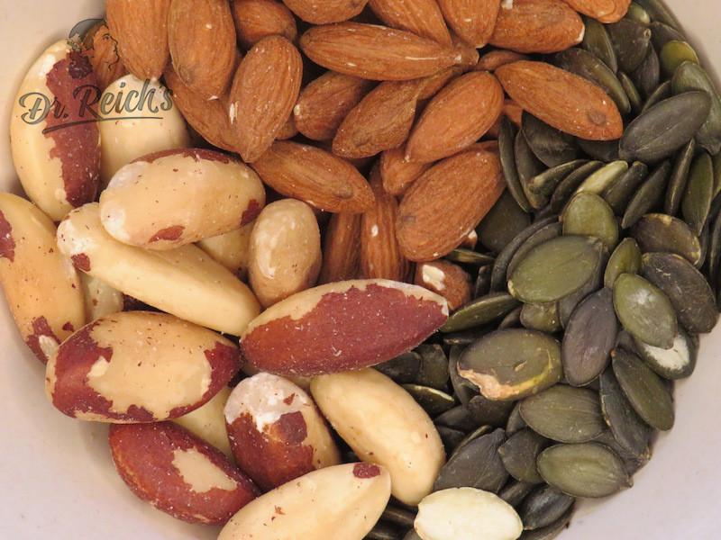 Drei vegane Proteinquellen: Mandeln, Kürbiskerne und Paranüsse, die auch noch Selen enthalten.