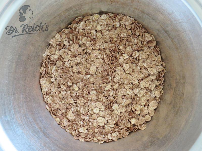 Dr. Reich´s trockene Zutaten für die Energy Balls werden einfach in einer Schüssel gemischt.